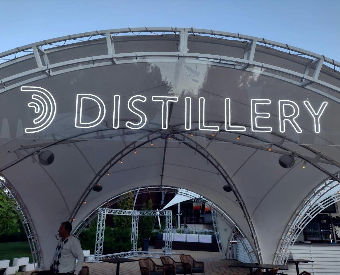 Неоновая вывеска для павильона IT фирмы «Distillary»